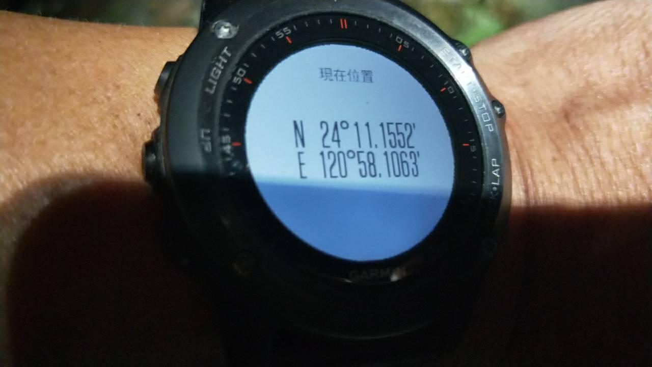 曾姓男子配戴的手表有GPS功能,曾以手機拍照後傳給搜救人員。 記者陳宏睿/翻攝