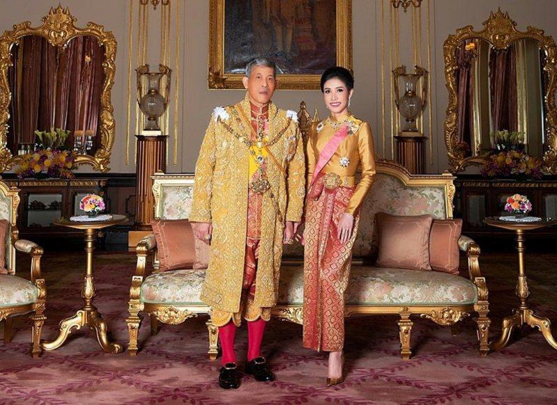 泰國王室8月發布泰王與王妃詩妮娜的合影。  路透社