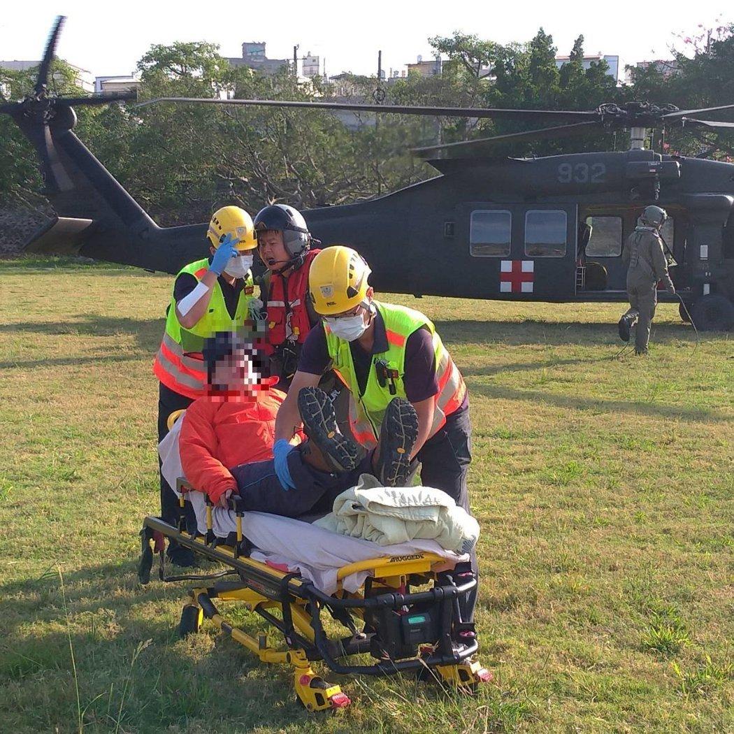 國防部15日出動黑鷹直升機,吊掛張姓男子送醫。 記者陳宏睿/翻攝