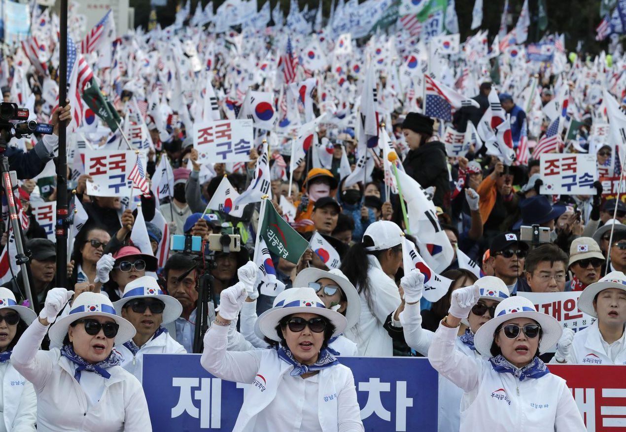 南韓民眾日前示威要求曹國下台。 (美聯社)
