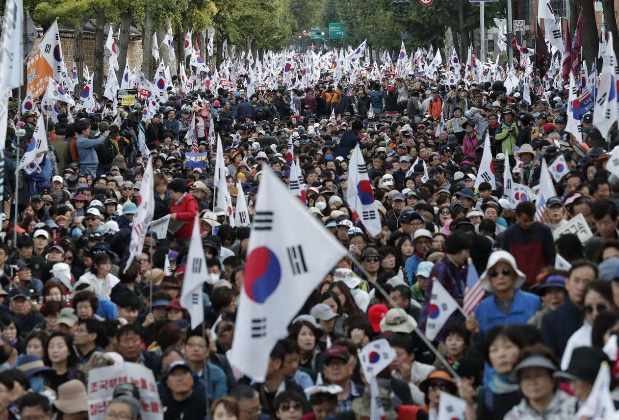 南韓群眾抗議權貴操縱大學錄取制度。 (美聯社)