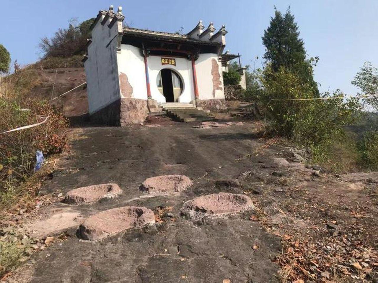 浙江山村發現一億年前恐龍腳印,可惜被村民填了。 (取材自錢江晚報)
