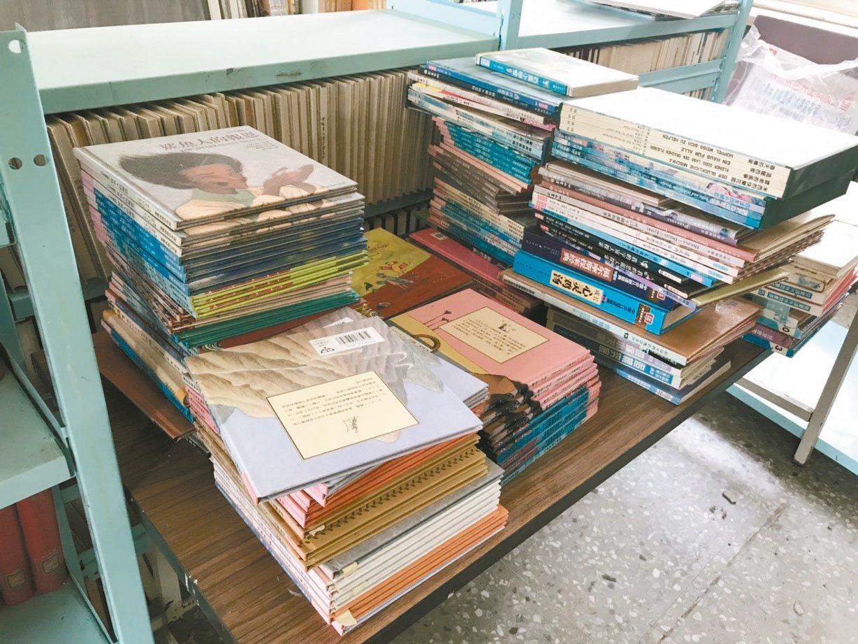 偏鄉小學圖書室的書布滿厚厚的灰塵,也沒有按照書目或編碼擺放,未依據類別編排上架。...
