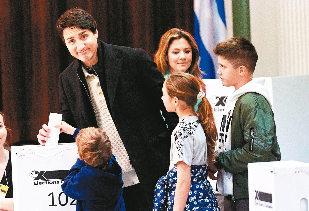 加拿大21日舉行大選,媒體預測,總理杜魯多(左)領導的自由黨將可組成少數政府。圖...