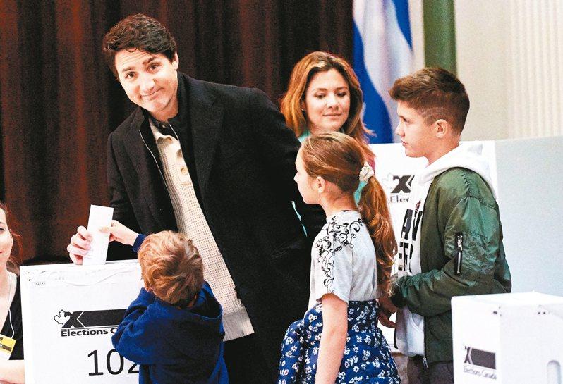 加拿大21日舉行大選,媒體預測,總理杜魯多(左)領導的自由黨將可組成少數政府。圖為杜魯多在家人陪同下投票。 歐新社
