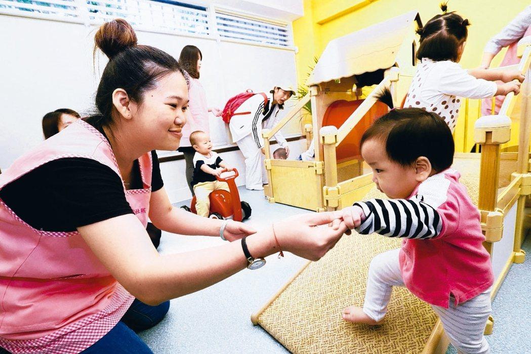 勞動部為鼓勵企業營造友善職場育兒環境,宣布將職場新托育模式納入托兒設施補助範圍。...