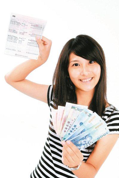 台灣幾家外商銀行都有規定,久未往來的客戶,戶頭裡存款在一定金額以下,銀行將以書面...