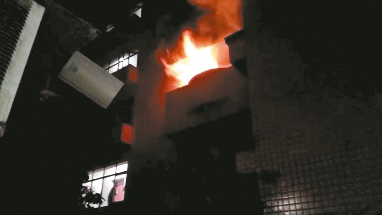 桃園市延壽街一棟華廈今凌晨12點多傳火警,三樓陽台竄出火舌造成屋內簡姓女子送醫不...