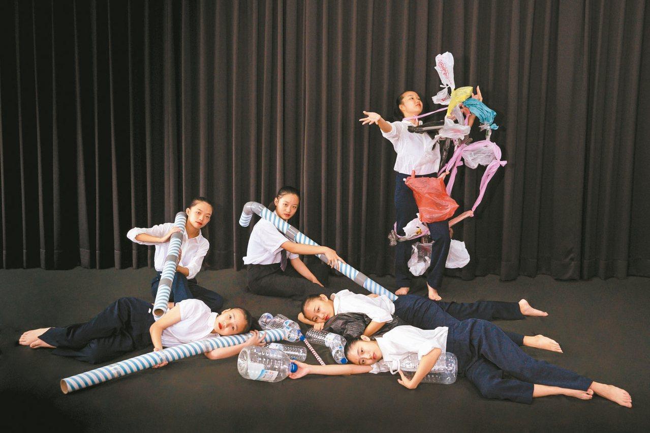 彰安國中周六將舉辦舞蹈班畢業成果發表會,學生把大型塑膠吸管搬上舞台當道具。 圖/...