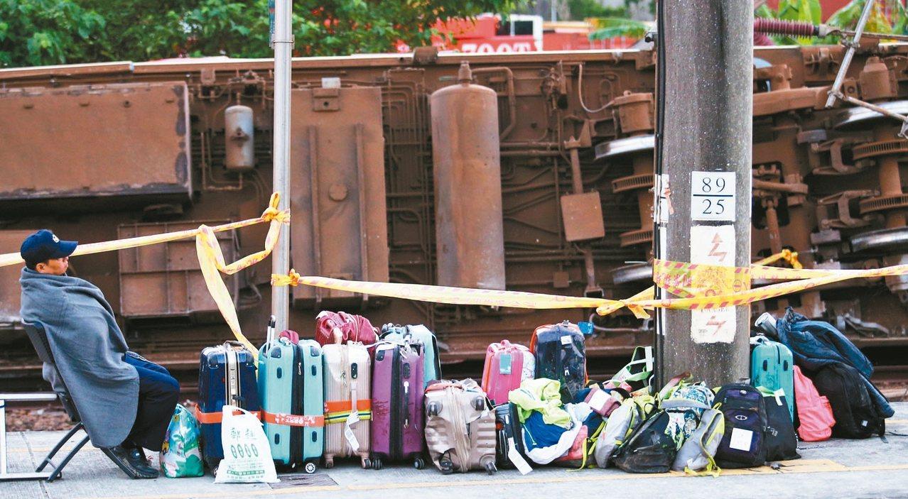 聯合報杜建重「等不到主人的行李」入圍卓越新聞獎單張新聞攝影獎。 記者杜建重/攝影