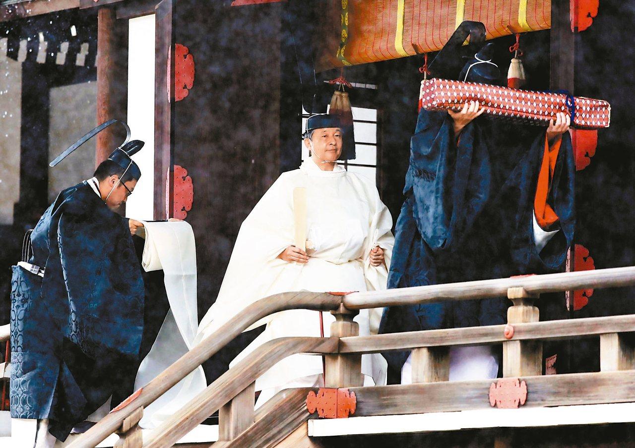 日皇德仁稍早在大雨中進行「宫中三殿」儀式。 美聯社