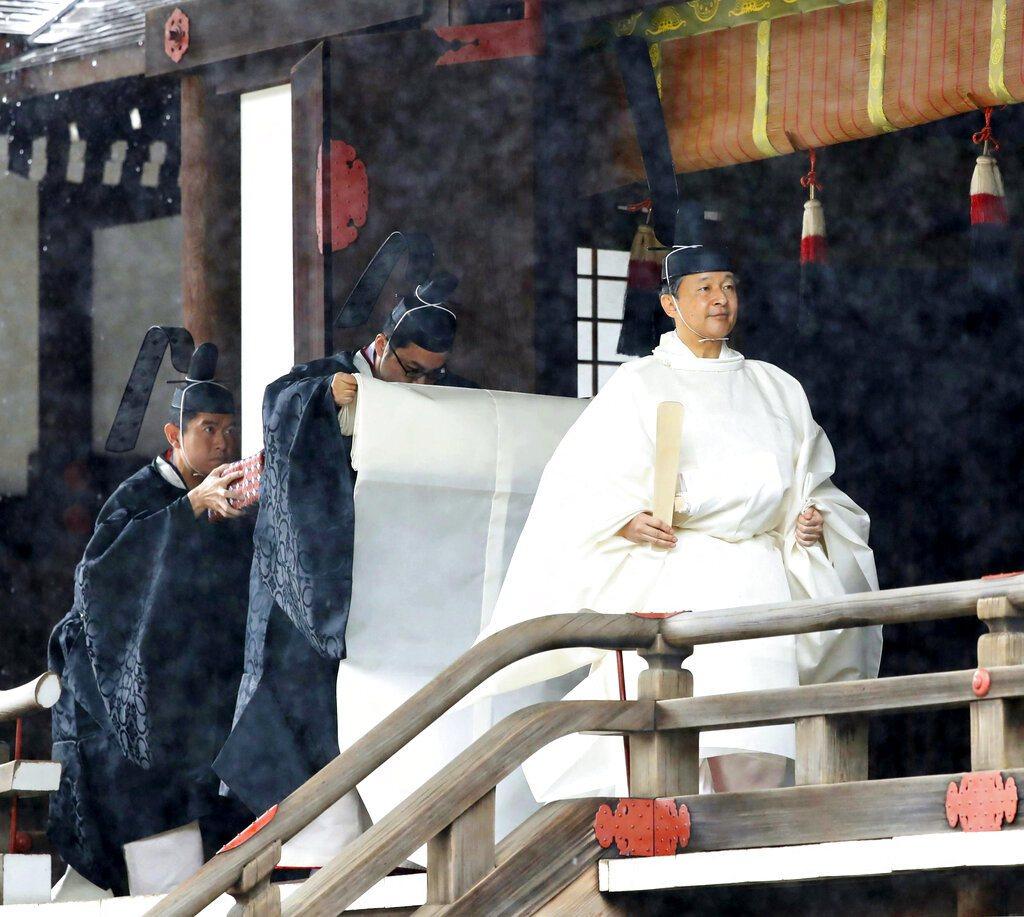 穿著純白「帛御袍」的德仁。美聯社