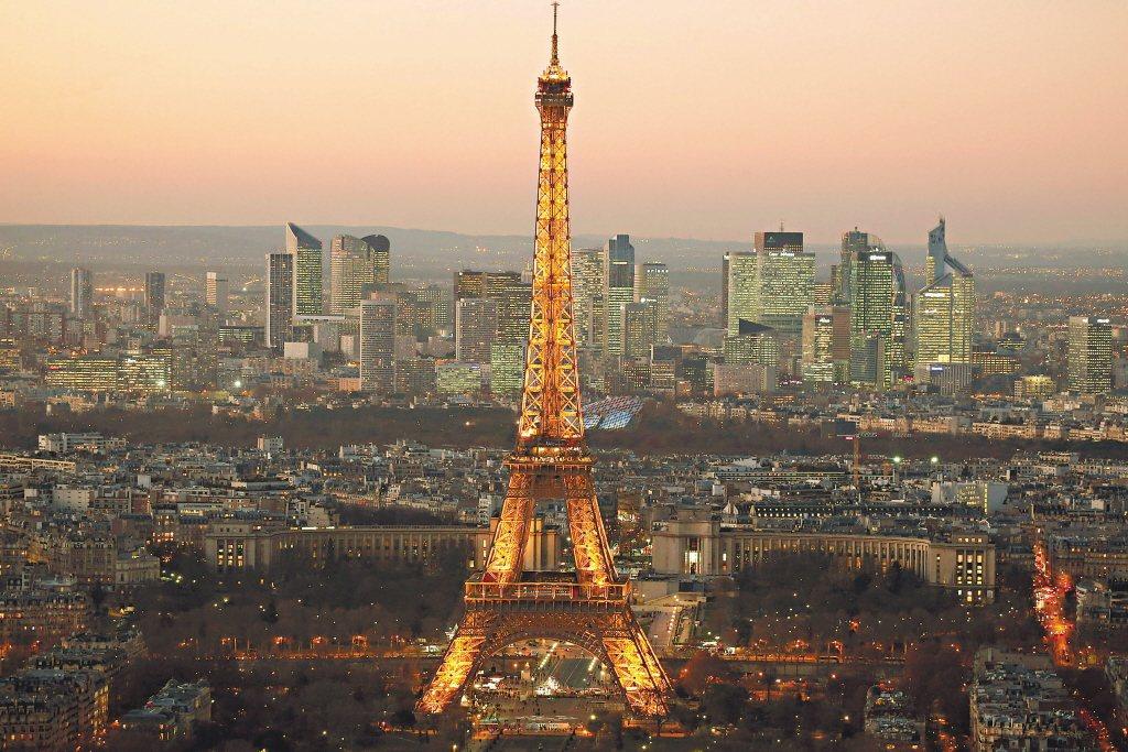 圖為巴黎艾菲爾鐵塔與商業區。 路透