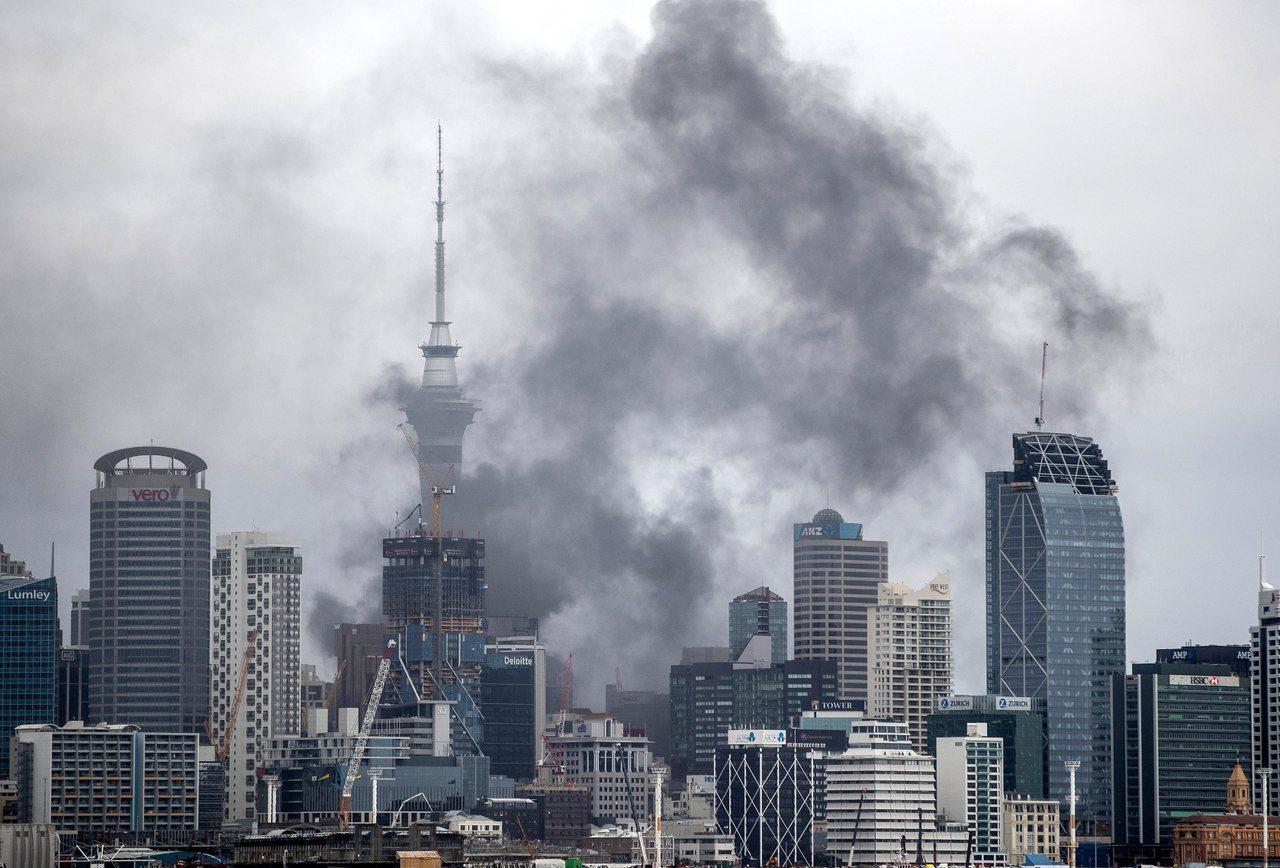 紐西蘭奧克蘭一座施工中的會議中心發生大火,濃煙散布。 美聯社