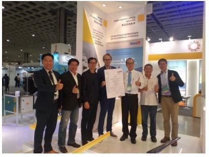 荷蘭Kiwa台灣代表Michel Wouters(左四)頒授太陽能電站證書給牧陽...