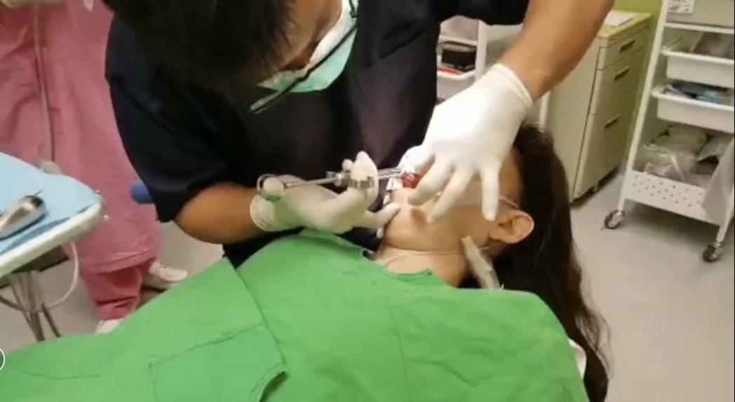 范綱信醫師強調,患者看牙就像睡午覺一樣,邊睡覺邊治療牙齒,醒來後牙齒的問題都治療...