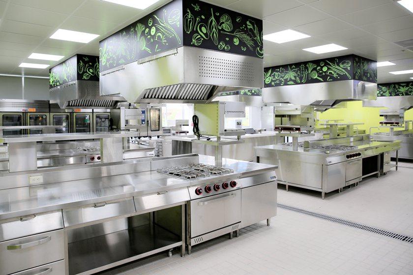 醒吾科大觀餐大樓廚藝教室與業界同級硬體設備。 曹佳榮/攝影