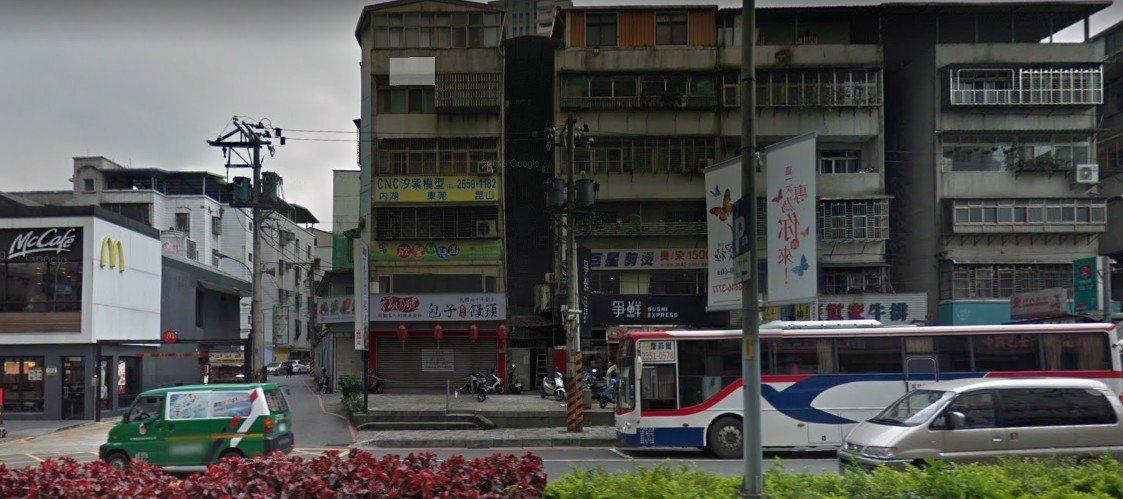 位於汐止新台五路的得來速,旁邊便是公車站,排隊的隊伍時常影響公車停靠。圖擷自Go...