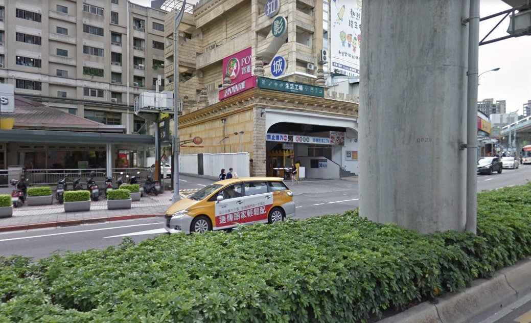 同樣在哈拉影城也有相同狀況,得來速出入口就在停車場旁邊,時常造成交通打結。圖擷自...