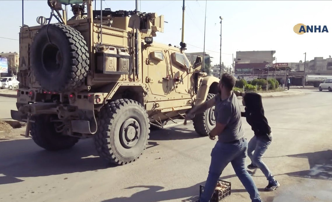撤軍路途上,美軍車隊卻不斷遭遇敘利亞庫德人的辱罵,有些民眾朝美軍丟擲蔬果石塊、有...