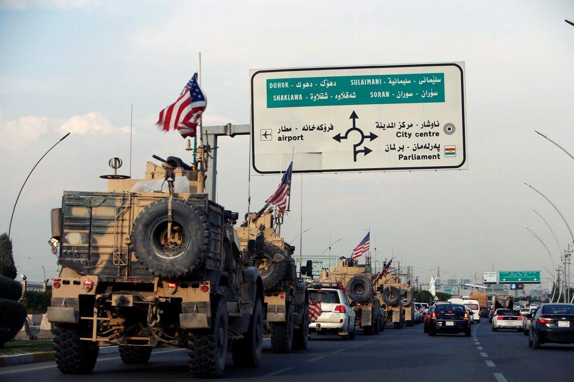 奉川普總統之命「撤出敘利亞」的數百名美軍部隊,於21日清晨起大舉撤退,朝東轉進伊...
