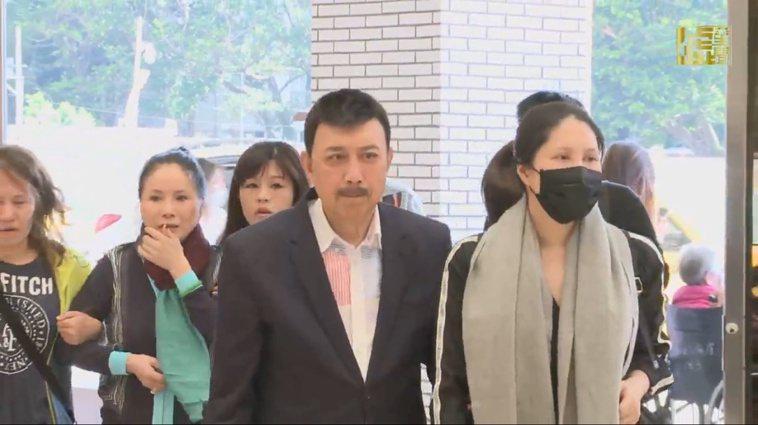 余苑綺(右)在家人陪同下到醫院。