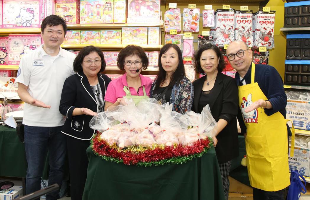 美食專家吳恩文(右起)、美國家禽蛋品出口協會李玉冰、摸彩活動幸運得主、廚藝專家林...