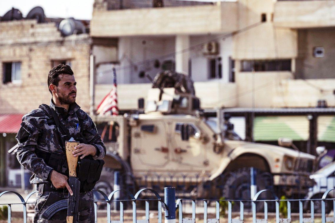 華府混亂的敘利亞政策,21日再度出現戲劇化轉折。圖前為庫德族,背景為美軍。 圖/...