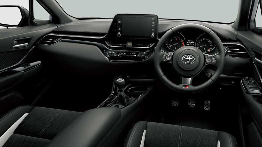 更換小盤徑GR方向盤、鋁合金踏板組,更凸顯運動氣息。 摘自Toyota.jp