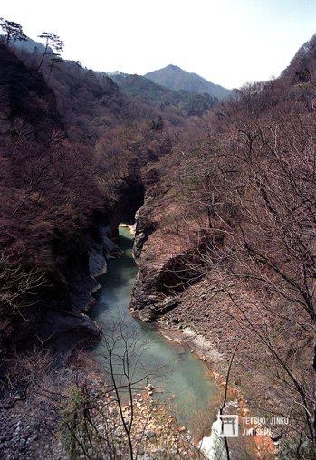 名列日本名勝的吾妻峽谷初春一景,由於水庫大壩選址的關係,讓吾妻峽谷已有一半沈入水...
