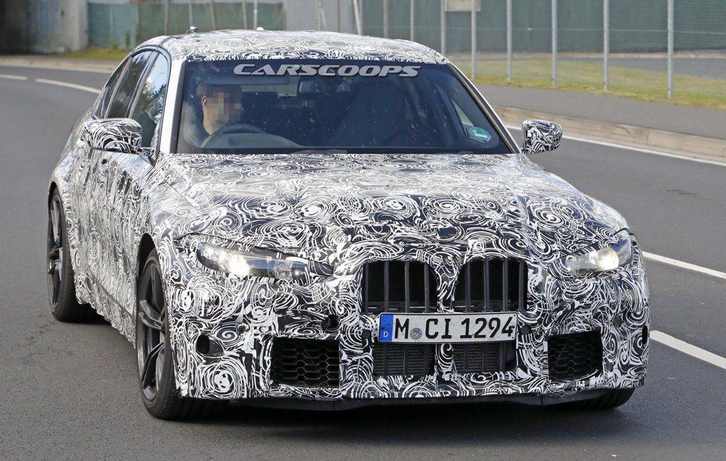 新世代BMW M3偽裝車上放著間隔超大的水箱格柵,有些外媒猜測其實這只是顆「煙霧...