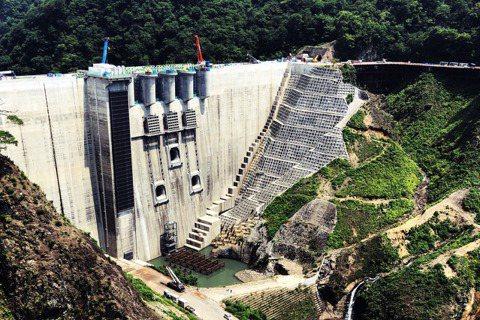 在哈吉貝颱風帶來的豪雨肆虐時,日本的社群網路上盛傳位於群馬縣的八場水庫,奇蹟般地...