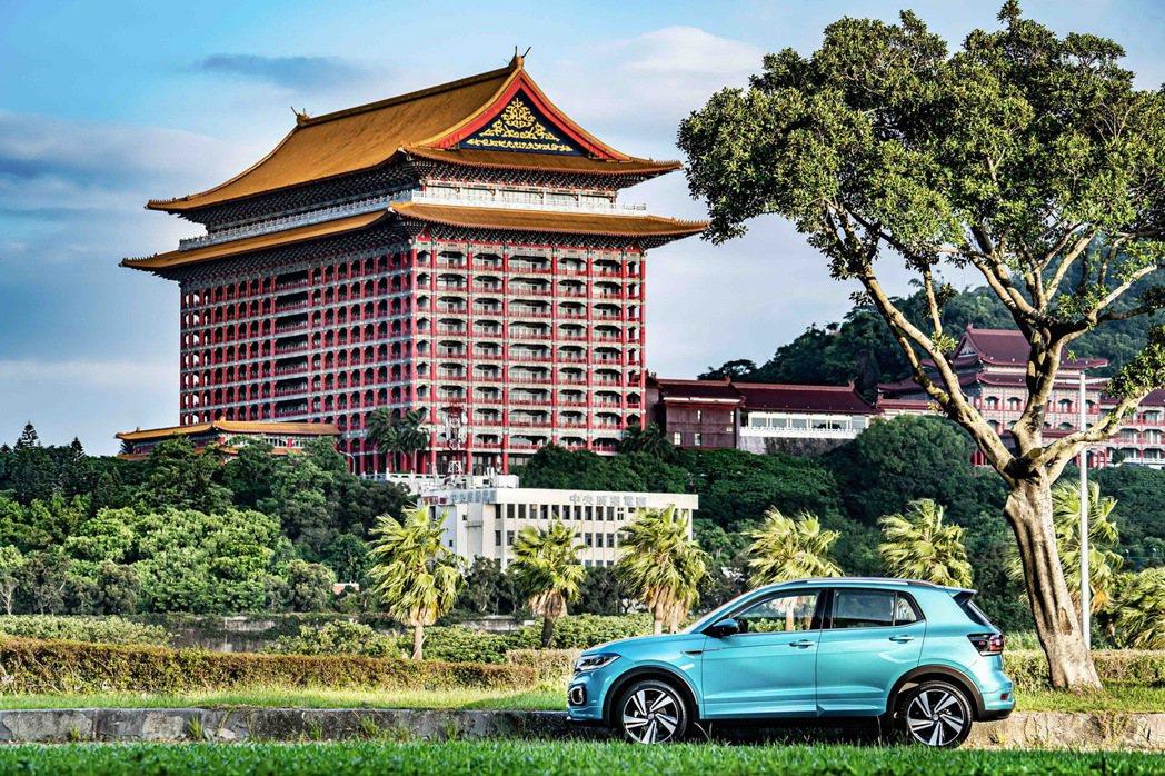 T-Cross遊走台北街頭,與全台第一家五星級飯店-圓山大飯店合影。 圖/台灣福...