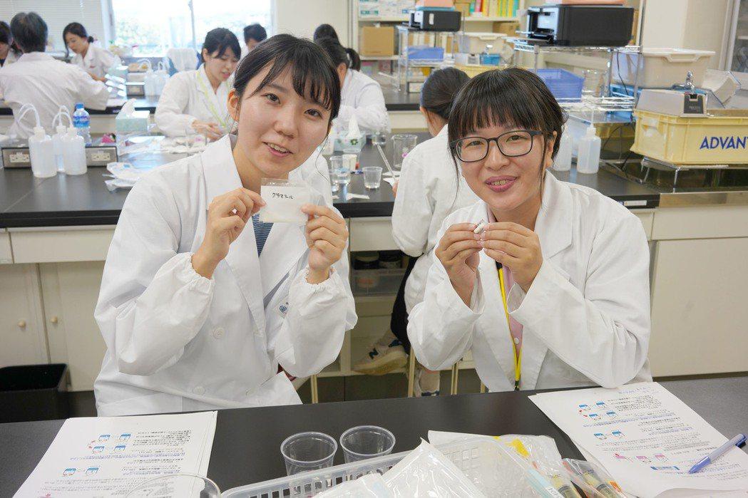 前往東京藥大實習的同學,透過實作課程與當地學生互相交流學習。 嘉藥/提供