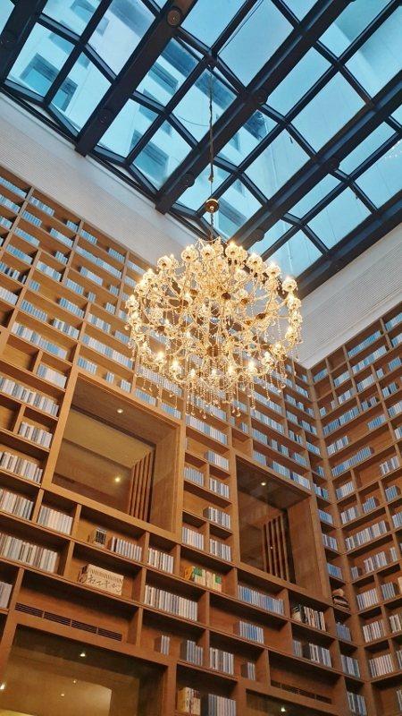 充滿精品藝術感的北投大地酒店,大廳規畫「光陰部落藏書閣」是獨家特色,也是旅客熱門...