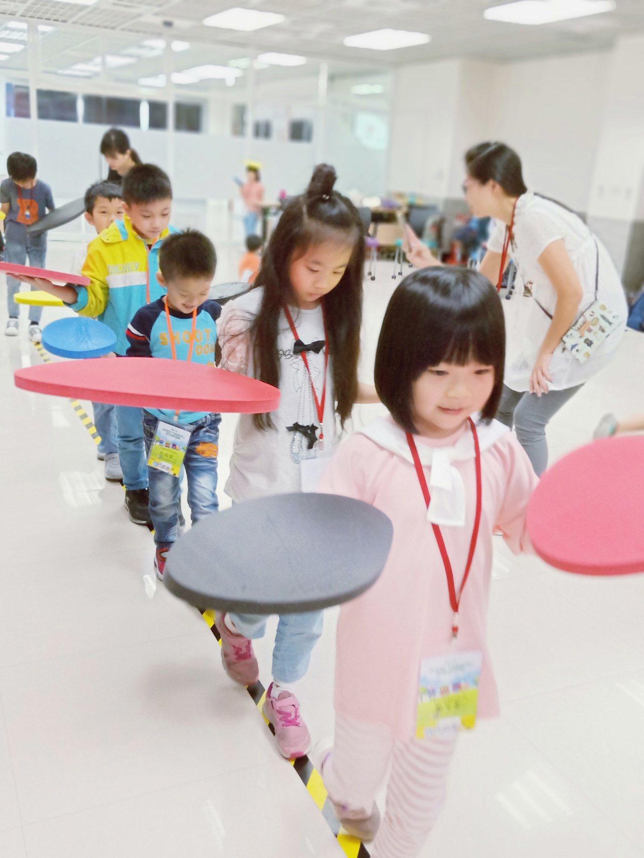 聯合新聞網:從遊戲中學習,從手作中進行創作,讓孩子們的想像力充份發揮。圖/中華電...