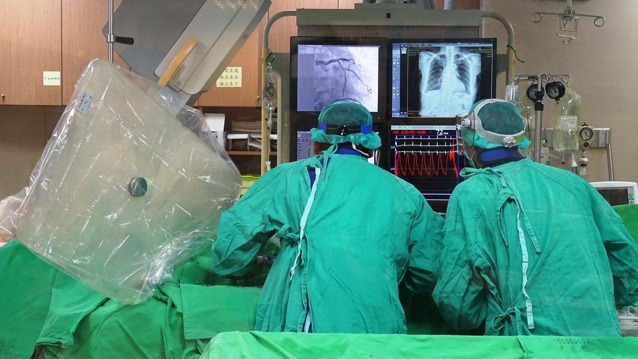 員榮醫院心臟科醫療團隊為心肌梗塞患者進行心導管手術。本報系資料照片