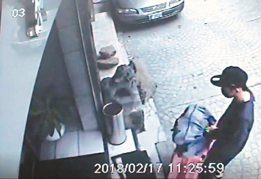 箱屍案港嫌陳同佳有意來台投案被拒。圖為他去年從犯案旅社退房監視畫面。本報資料照片