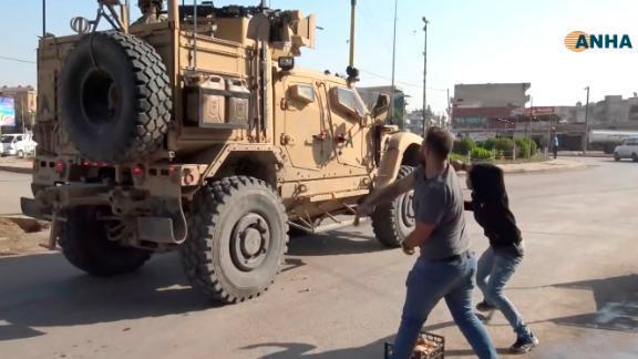 美軍車隊21日撤離敘北城鎮時,沿途遭庫德族丟馬鈴薯和其他腐爛的蔬菜水果。截自Yo...