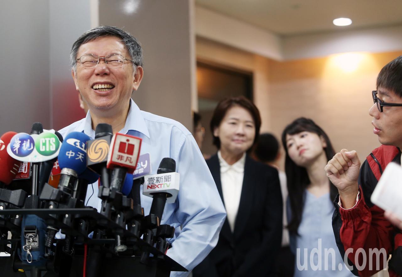 台北市長柯文哲(左)上午接受媒體聯訪,有人問到吳敦義列入國民黨立委不分區名單的敏...