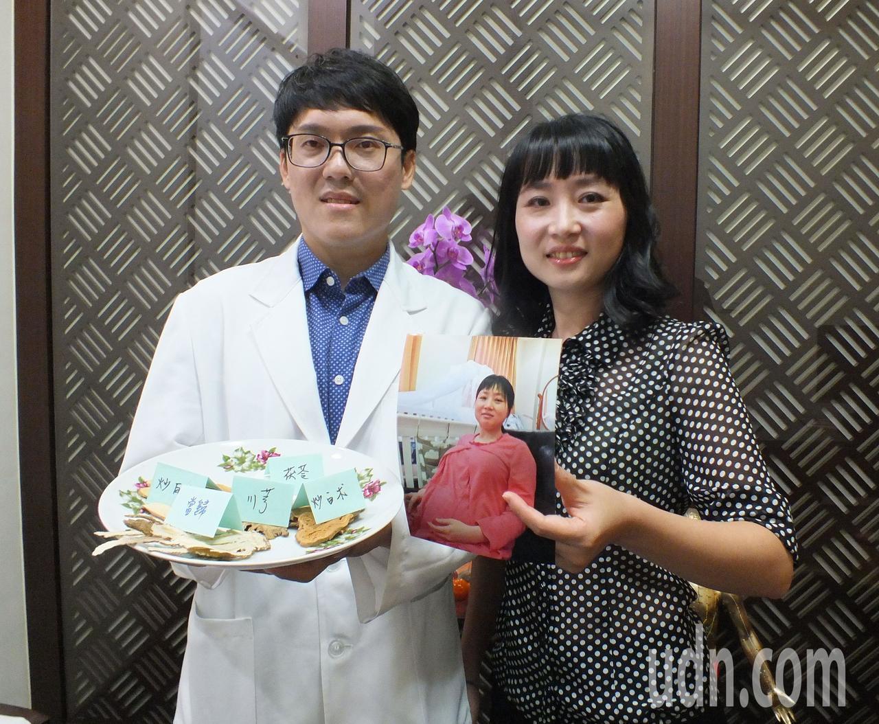 40歲醫師娘吳采柔(右)在中醫師老公林育誠(左)協助下,搭配中醫調理,加上親餵,...