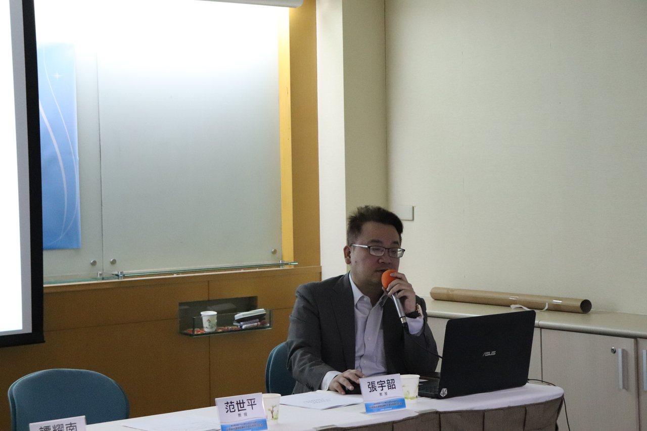 兩岸政策協會副秘書長張宇韶做民調報告。圖/記者呂佳蓉攝