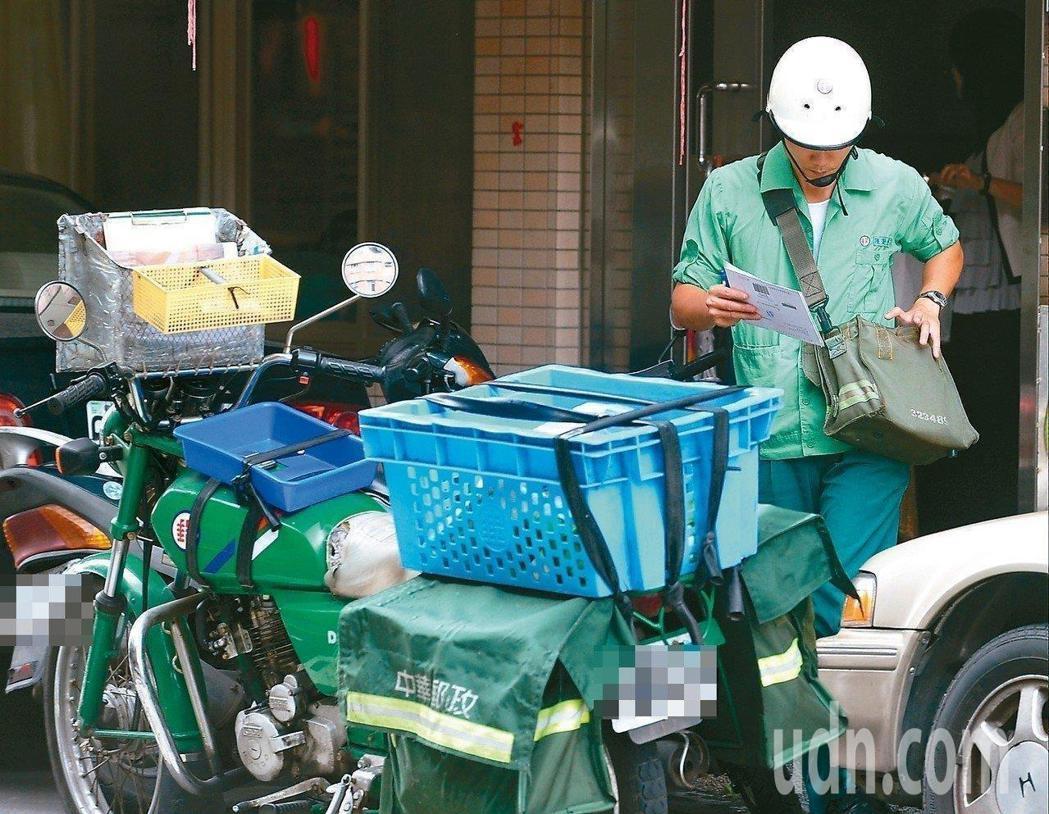 中華郵政公司今天證實,郵差新制服無法如期在10月下旬拿到。聯合報系資料照