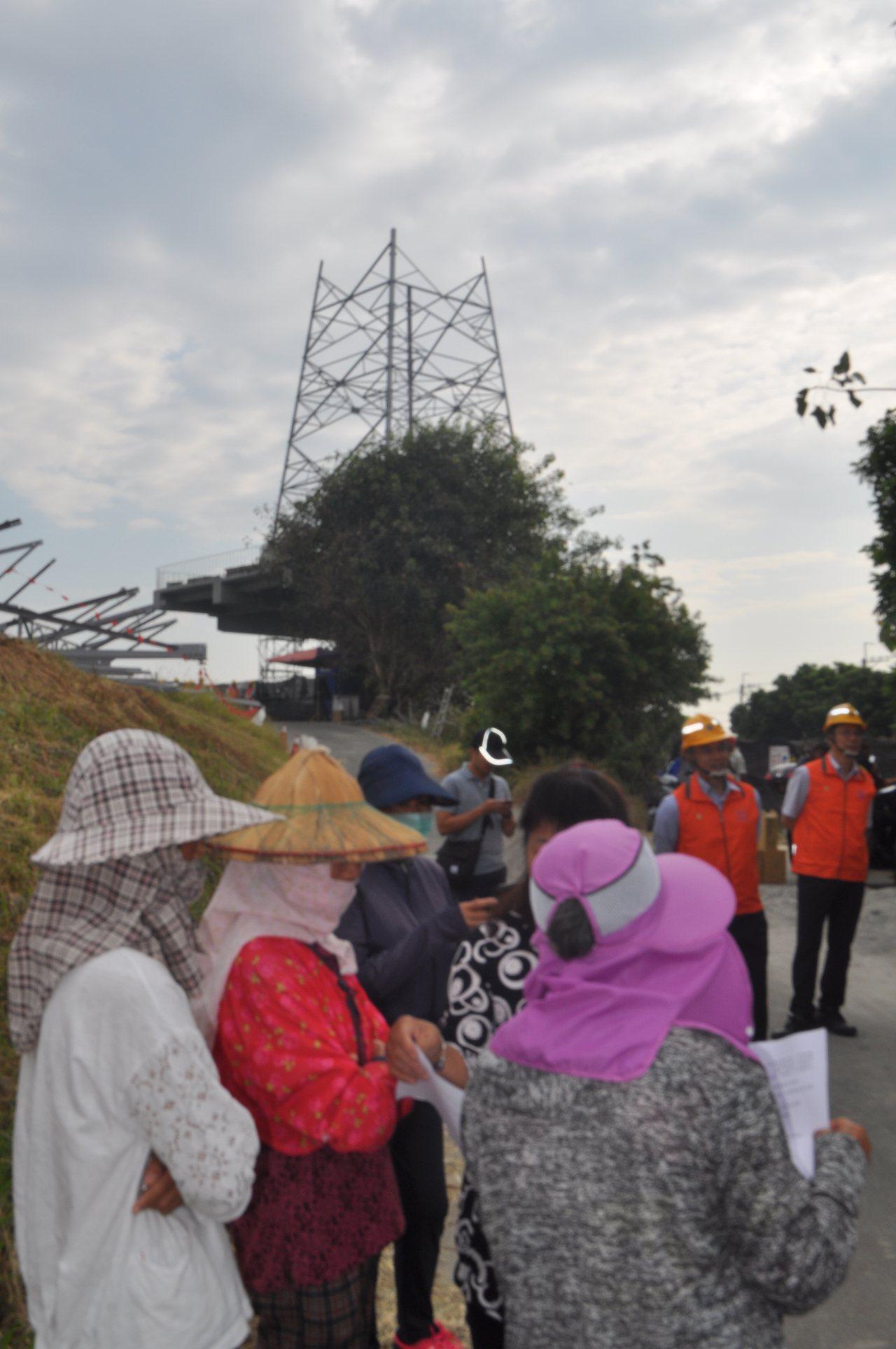 台電公司正在台南市安南區國姓橋的南端,新建高壓電塔,附近居民憂心危及健康,強烈反...