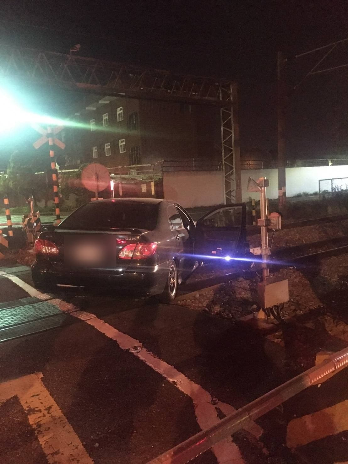 高雄市楠梓中油煉油廠鐵路平交道昨晚間,有輛自小客車通行時為閃避對向來車,不小心駛...