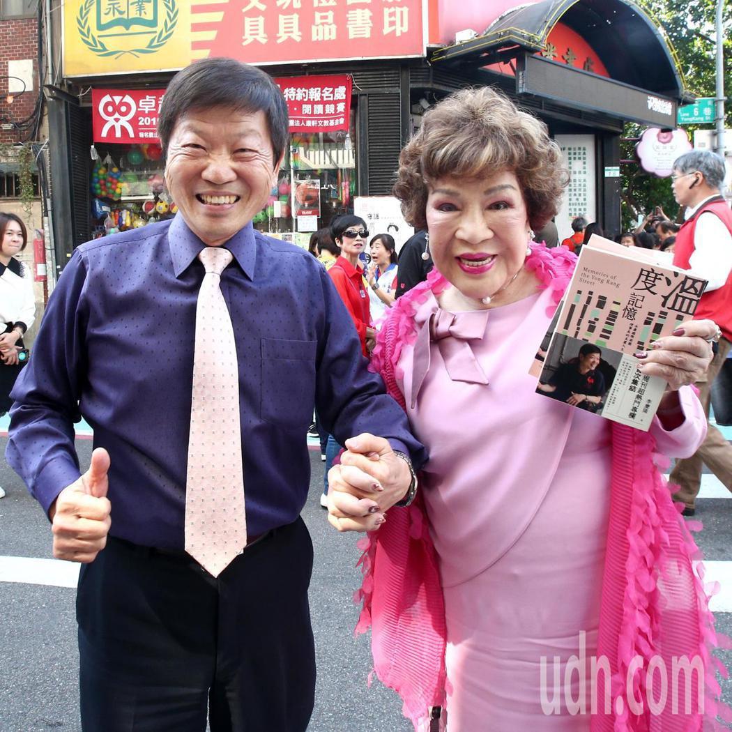 周遊(右)上午「十指緊扣」為永康商圈理事長李慶隆(左)出書站台,李慶隆因為之前高