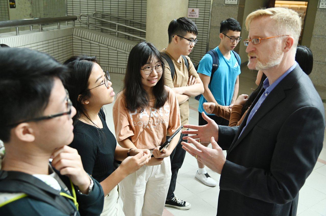 柏克萊加大工學院助理院長孫安濤(右)回答清大學生留學相關問題。圖/清大提供
