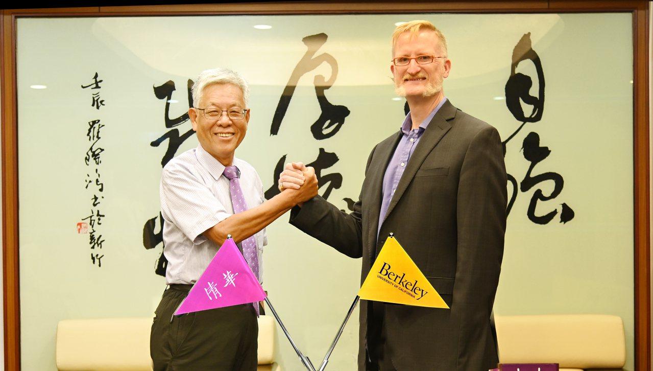 清華大學副校長周懷樸(左)與柏克萊加大工學院助理院長孫安濤(右)共同展開兩校合作...