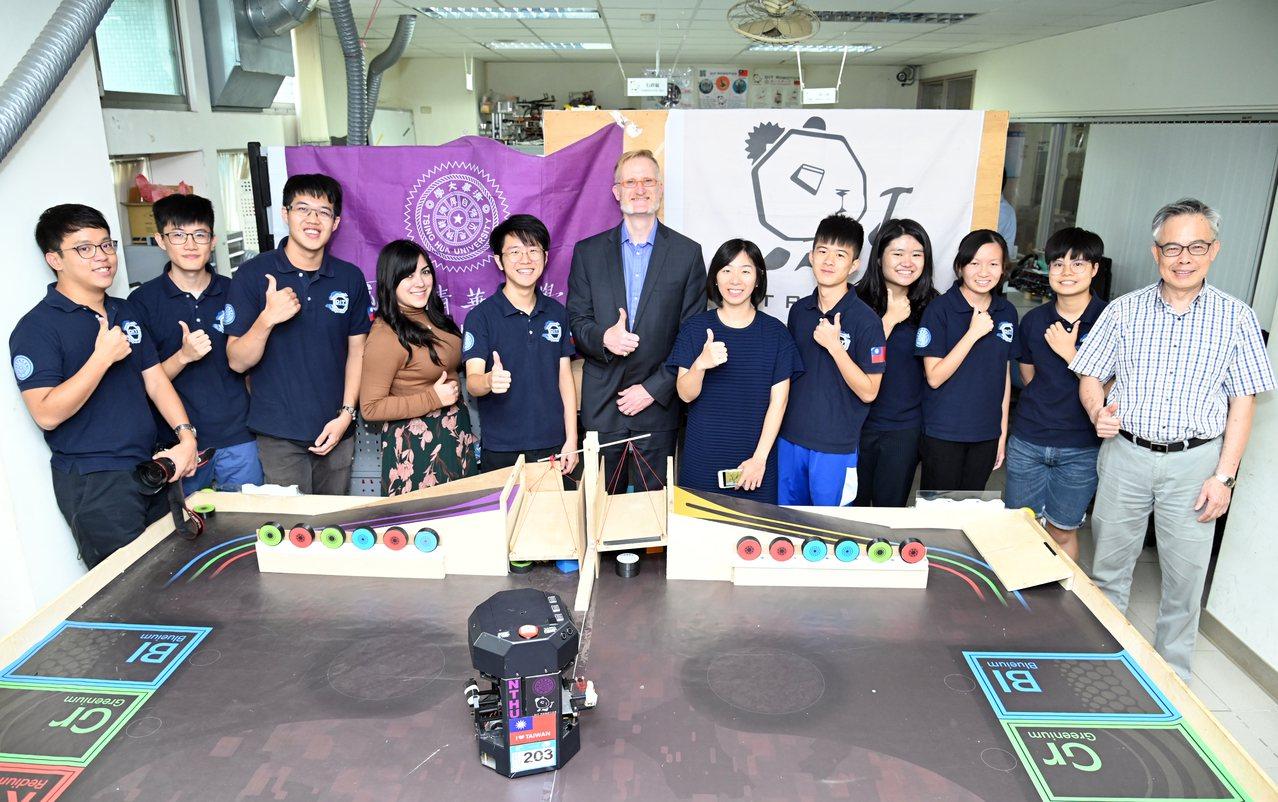 柏克萊工學院主管(左四、六、七)參觀清大DIT機器人團隊。圖/清大提供