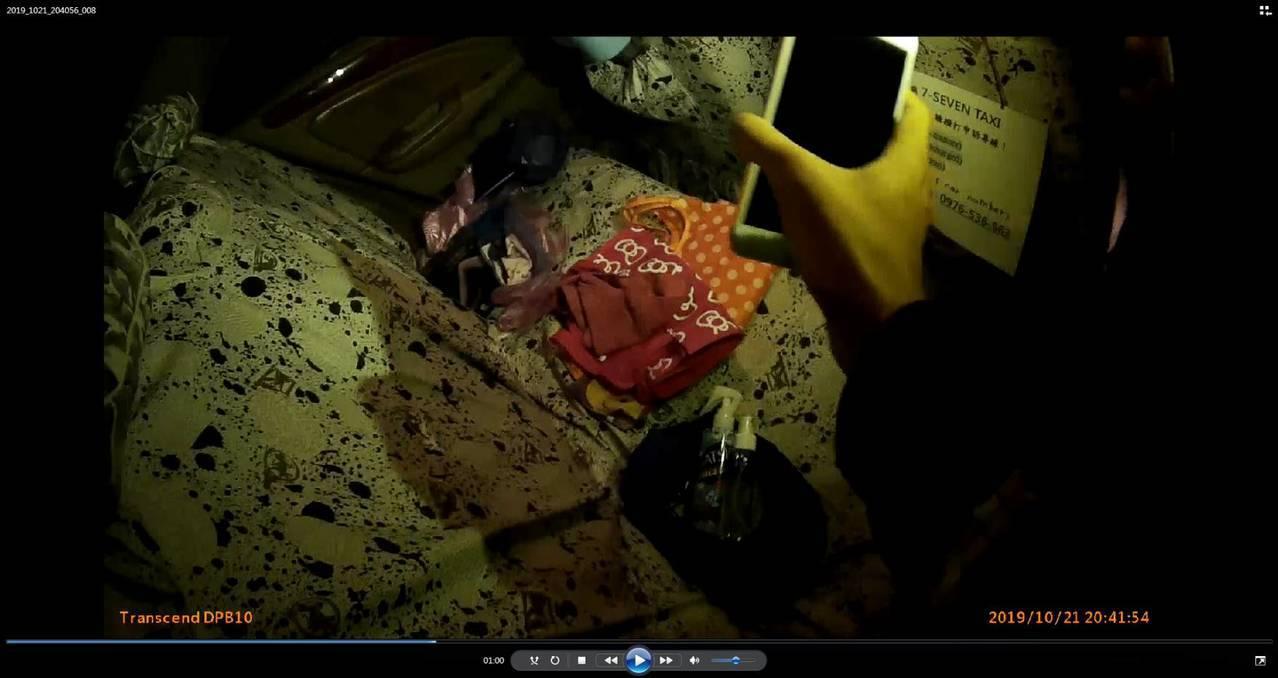 苗栗警方查獲戴姓男子變裝侵入校園涉嫌行竊,起出作案衣物等贓證物。記者范榮達/翻攝